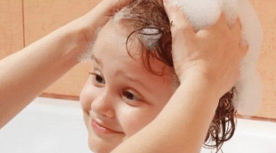 Ребенку моют голову